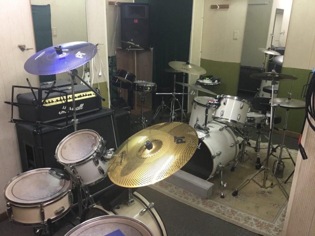 青木ドラム道場の店内とスタジオ紹介